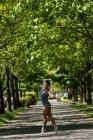 Молода жінка балерина танці на дорозі — стокове фото