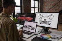 Бізнесмен, використовуючи ноутбук на столі в офісі. — стокове фото