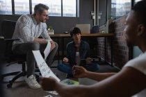 Коллеги по бизнесу обсуждают документы в офисе . — стоковое фото
