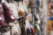 Nel negozio di visualizzare pack di close-up di lana palla — Foto stock