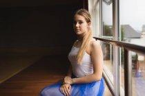 Портрет балерины, сидящей у окна — стоковое фото