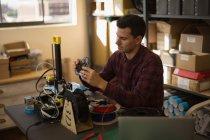 Chaîne de contrôle mécanique anneau sur table en atelier — Photo de stock