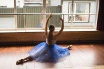 Ballerine en pratiquant la danse de ballet dans le studio de danse — Photo de stock