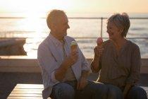 Gerne älteres Paar mit Eis auf der promenade — Stockfoto