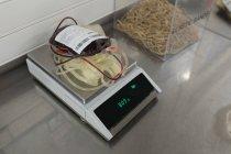 Bolsa de sangue na máquina de escala de pesagem em banco de sangue — Fotografia de Stock
