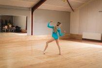 Балерина практикует балетный танец в балетной студии — стоковое фото
