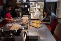 Жіночий Бейкер з інших рішень пасту в пекарню — стокове фото