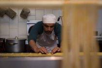 Attento panettiere maschile preparare la pasta in panetteria — Foto stock