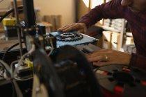 Mechanic working on die machine in workshop — Stock Photo