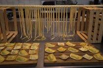 Macarrão fresco agnolotti arranjado em uma mesa na padaria — Fotografia de Stock