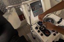 Gros plan d'un technicien de laboratoire utilisant une machine dans une banque de sang — Photo de stock