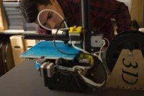 Уважний механік, що працюють на die машину на стіл — стокове фото