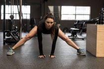 Fit Woman stretching trainieren im Fitness-studio — Stockfoto