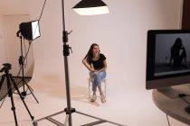 Красивая модель позирует в фотостудии — стоковое фото