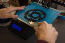 Close-up de mecânico tirar o anel da cadeia de morre a máquina na oficina — Fotografia de Stock