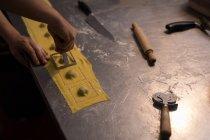 Padeiro macho preparando macarrão na padaria — Fotografia de Stock