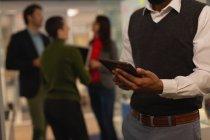 Крупним планом бізнесмен, використовуючи цифровий планшетний в офісі — стокове фото