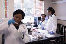 Técnico de laboratório, interagindo uns com os outros no banco de sangue — Fotografia de Stock