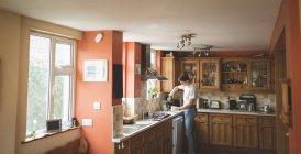 Préparation du café dans la cuisine chez l'homme — Photo de stock