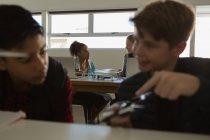 Студенти обговорювати разом над модель літака в інституті — стокове фото