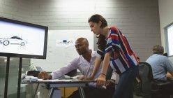 Colleghi di affari che discute sopra un progetto in ufficio — Foto stock