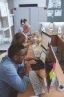 Уважний керівники робочих на реєстрації в office — стокове фото