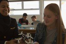 Insegnamento pilota femminile sul modello di drone allo studente in istituto di formazione — Foto stock