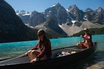 Couple de canotage en rivière par une journée ensoleillée — Photo de stock