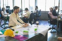 Esecutivo maschio che utilizza laptop alla scrivania in ufficio — Foto stock