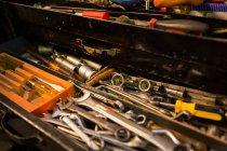 Verschiedene Werkzeuge in Schublade in der garage — Stockfoto