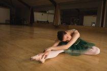Pratica di ballo di balletto in studio di danza della ballerina — Foto stock