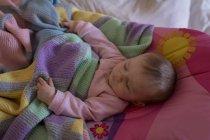 Релаксация ребенка на кровати в спальне дома — стоковое фото