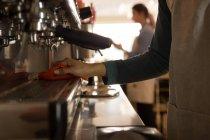 Розділ середині офіціант очищення кава-машиною на каву лічильник — стокове фото