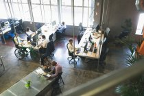 Collègues de travail, discuter sur tablette numérique au bureau — Photo de stock