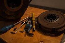 Verschiedene Werkzeuge mit Mac-Rad in garage — Stockfoto