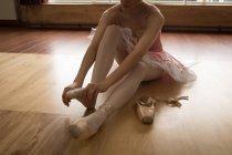 Ballerine portant des chaussettes en studio de danse — Photo de stock