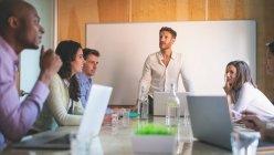 Gens d'affaires en discussion à la réunion au bureau — Photo de stock