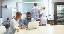 Внимательныя(ый) руководителей, работающих в офисе — стоковое фото