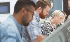 Primer plano de ejecutivos que trabajan en la redacción de la tabla en la oficina - foto de stock