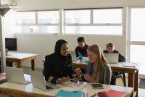 Жіночий пілот вчення про модель drone студента в інституті — стокове фото
