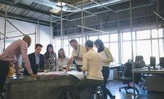 Geschäftsleute diskutieren im Büro über Baupläne — Stockfoto