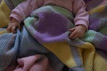 Низкая часть детского отдыха на кровати в спальне — стоковое фото
