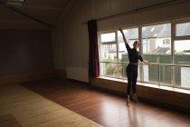 Ballerine pratiquant la danse de ballet au studio de danse — Photo de stock