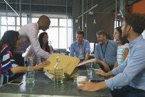 Ділових людей з обговорення в зустрічі в офісі — стокове фото