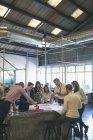 Ділових людей, обговорюють над концепцією у зустрічі в офісі — стокове фото