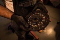 Розділ середині чоловічого механік тримає mac колесо — стокове фото