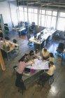 Business-Leute diskutieren über Blaupause in der Sitzung im Büro — Stockfoto