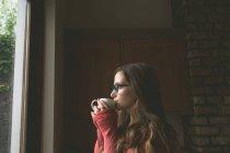 Belle femme prenant un café à la maison — Photo de stock