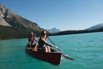 Пара на лодке по реке в горах — стоковое фото