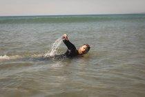 Серфер, купание в море в Солнечный день — стоковое фото